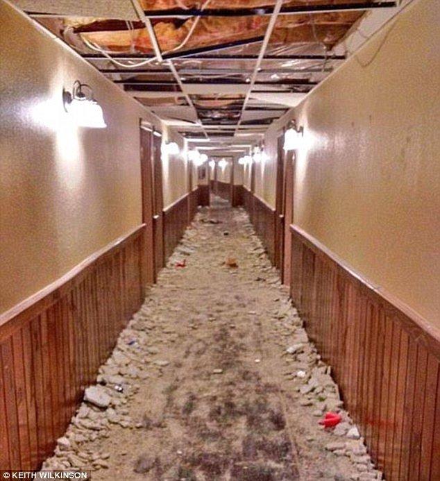 Corredor do hotel com o teto todo quebrado em um dos resorts de Michigan