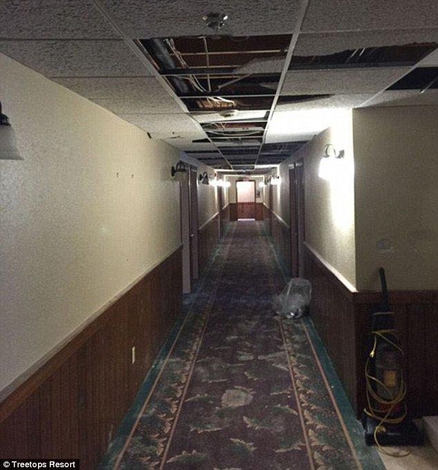 Corredor com teto quebrado no outro hotel que recebeu os universitários