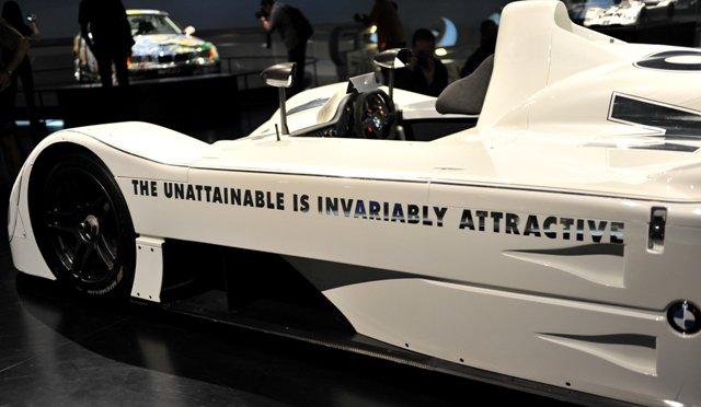 """""""O inatingível é invariavelmente atraente"""", escrito em uma das laterais do protótipo que venceu as 24 Horas de Le Mans em 99"""