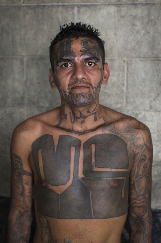 Imagens de membros da mais perigosa gangue de El Salvador viram livro