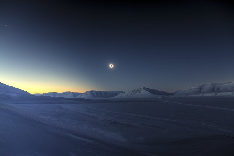 Vencedor na categoria Skyscapes - Eclipse Totality over Sassendalen por Luc Jamet (França)