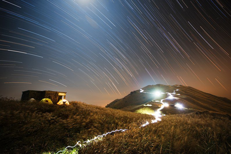 Vencedor na categoria People and Space - Sunset Peak Star Trail por Chap Him Wong (Hong Kong)