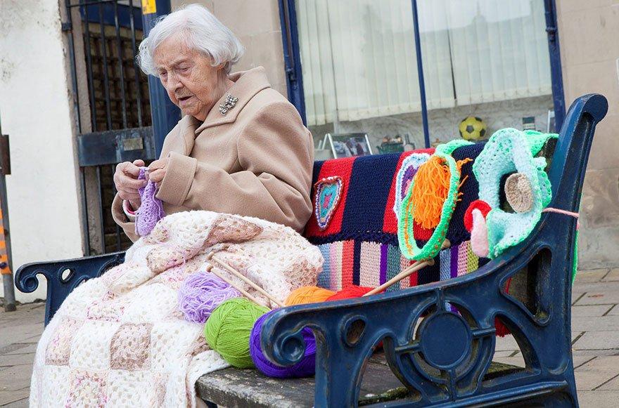 Aos 104 anos, Grace Brett parece ser a artista de rua mais velha do mundo