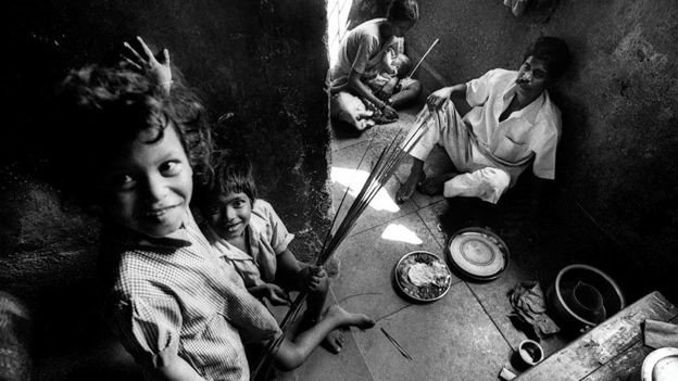 Fotos chocantes revelam a vida dos indianos obrigados a limpar esgoto