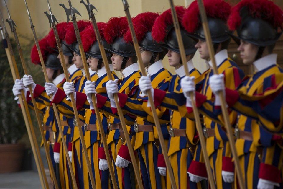 Dedicação ao Papa: conheça mais sobre a Guarda que protege o Sumo Pontífice - Mega Curioso