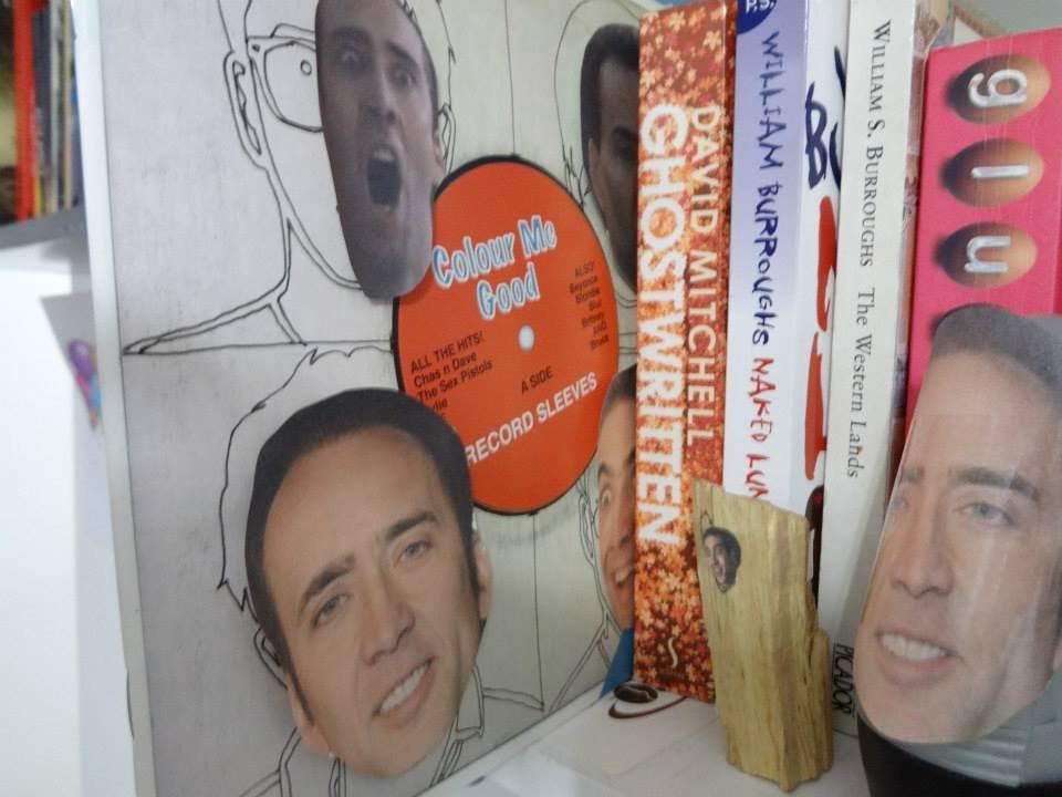 Homem encontra mais de 600 fotos do Nicolas Cage espalhadas pela casa