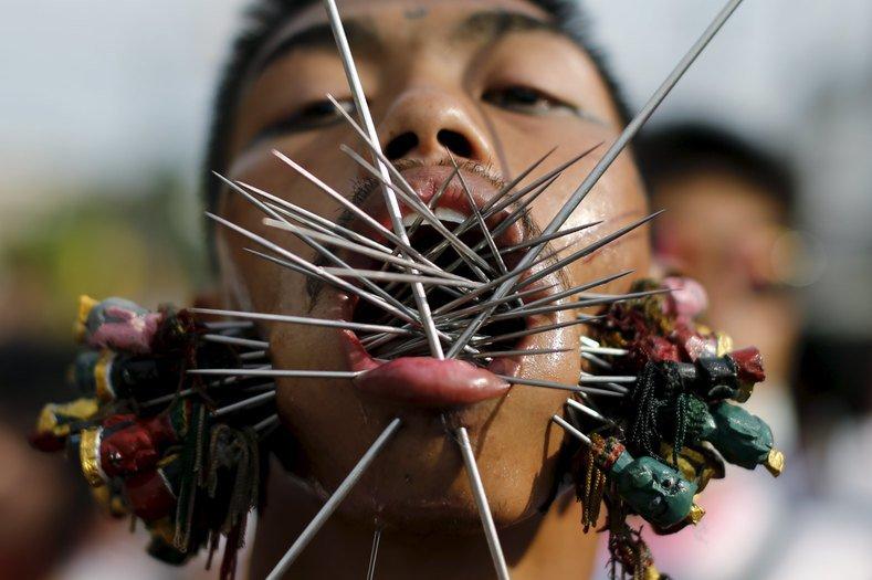 Festival vegetariano na Tailândia tem apresentação extrema de automutilação