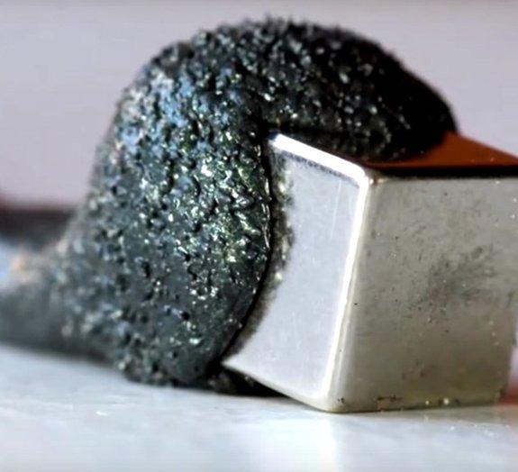 Pudim magnético que devora ímãs mais se parece com gosma alienígena [vídeo]