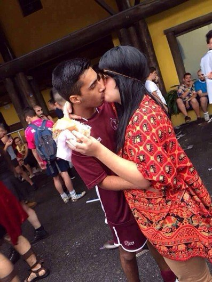 Força na peruca: fantasiado de mulher, rapaz beija 175 homens em festa