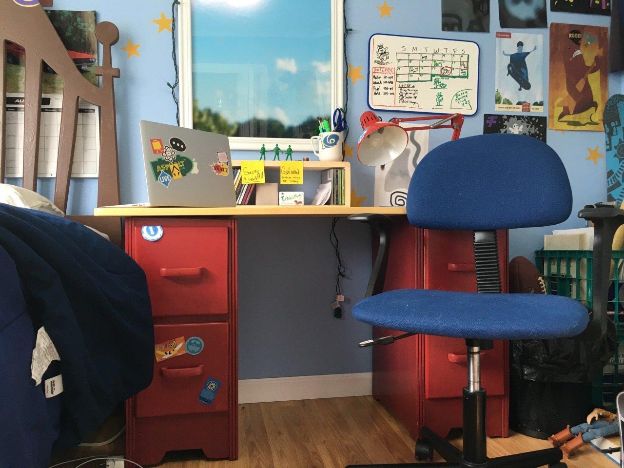 A escrivaninha restaurada pelos jovens...