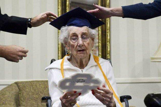 Para cuidar da mãe, ela saiu da escola e recebeu seu diploma 70 anos depois