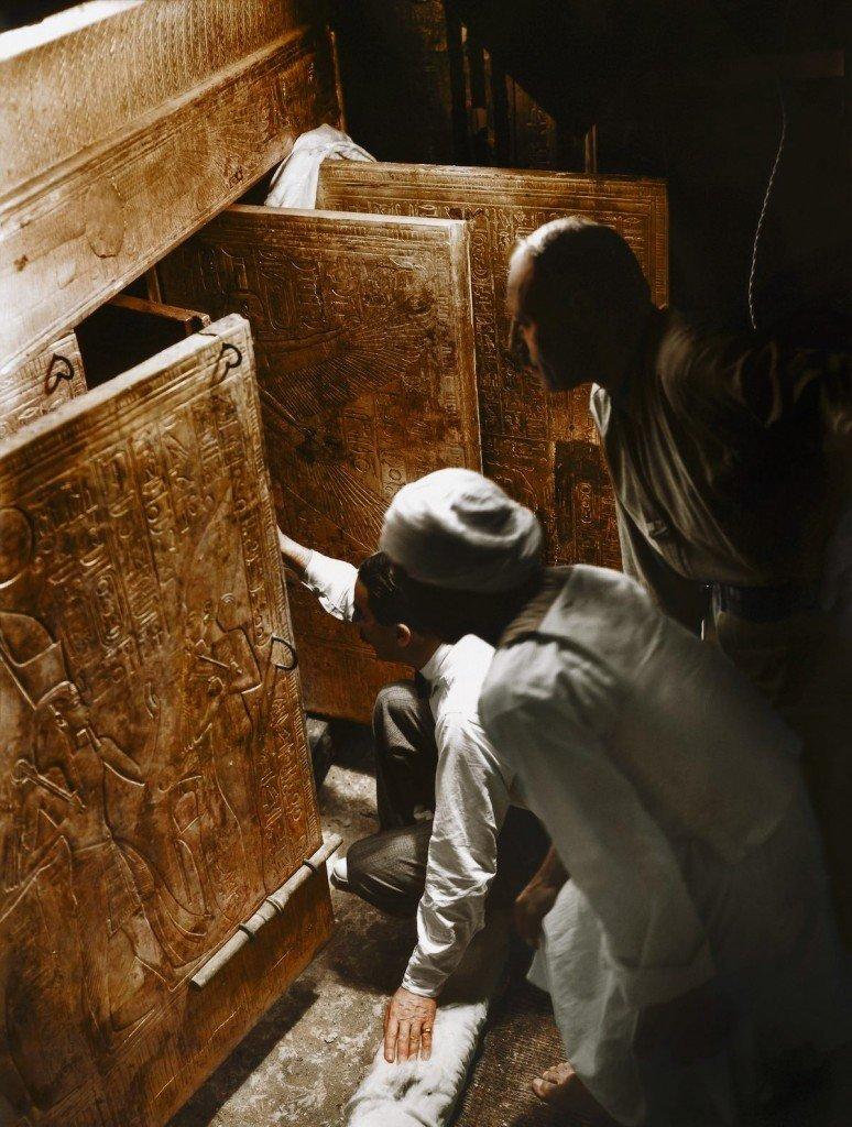 Carter, o explorador Arthur Callender e um trabalhador egípcio abrem a câmara onde estava armazenado o sarcófago de Tutankhamon
