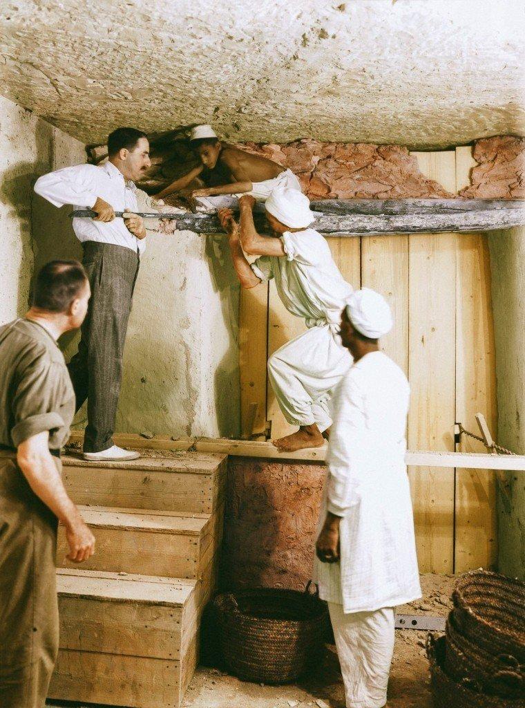 Carter e alguns trabalhadores abrem a parede que separava a antecâmara da  câmara principal da tumba