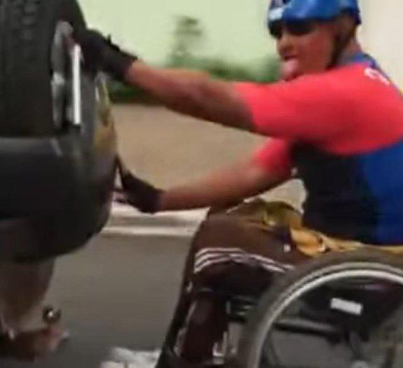 V1D4 L0K4: Cadeirante pega 'rabeira' em ruas de Goiânia