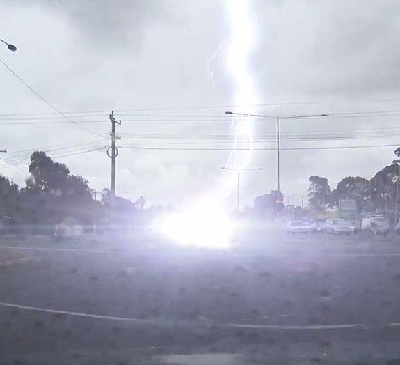 O que acontece quando seu carro é atingido por um raio?