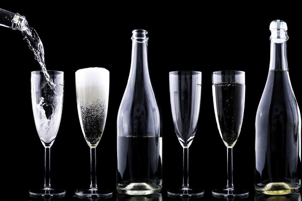 dcd6ca47e Entenda por que as taças de vinho têm tamanhos e formatos diferentes - Mega  Curioso