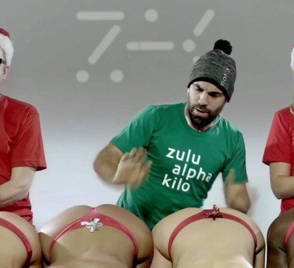 'Jingle Butts': clássico natalino é reinventado com uma bateria de bundas!