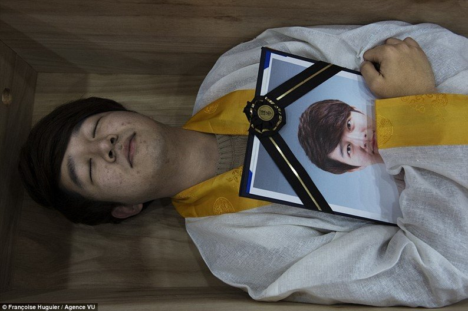 Para combater suicídios, pessoas são presas em caixões na Coreia do Sul