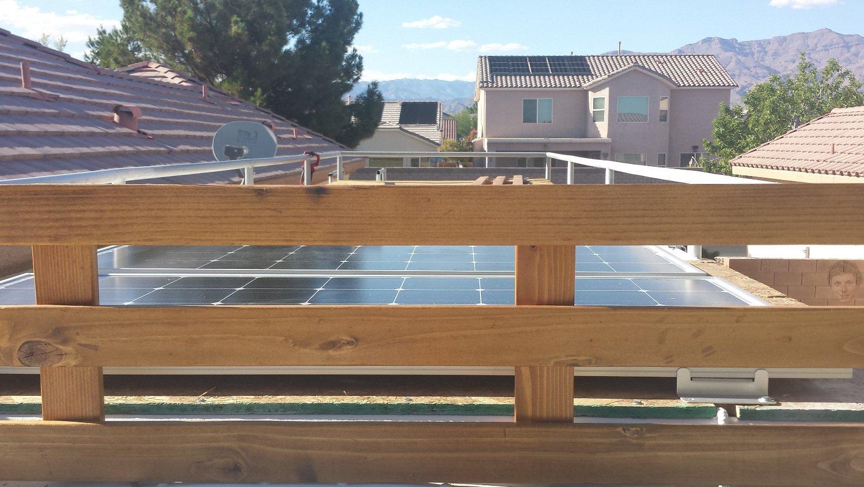 O painel solar em cima do ônibus gera energia para quase tudo que funciona internamente