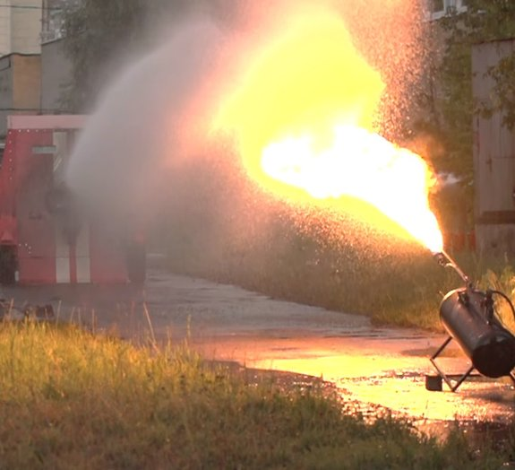 Veja a incrível luta de um lança-chamas contra uma mangueira de incêndio