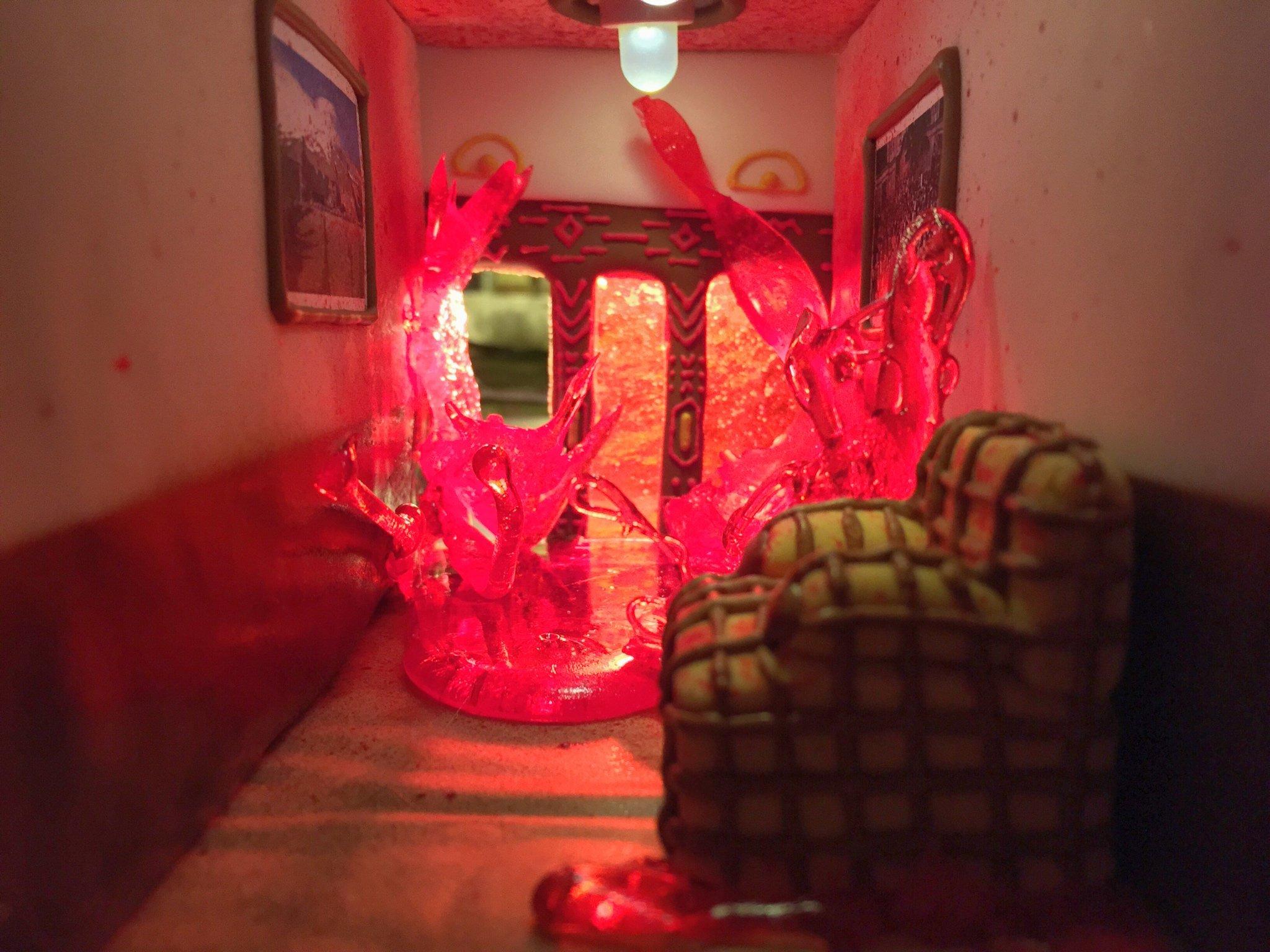 Família recria hotel e cenas de 'O Iluminado' usando doces e biscoitos