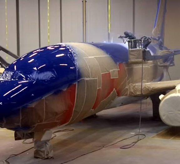 Veja como é a impressionante tarefa de pintar um avião comercial [vídeo]