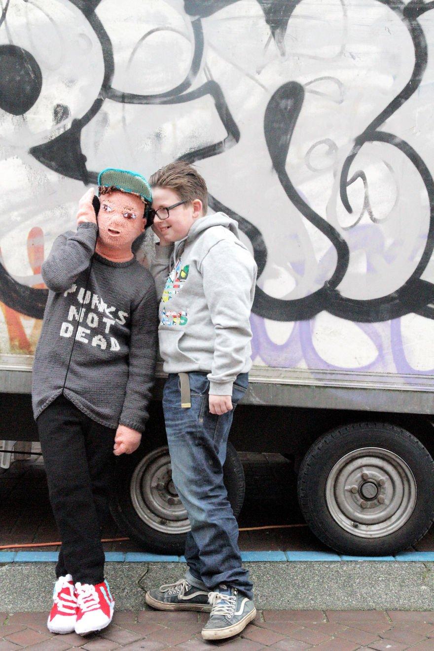 Já que filho não deixa mais, artesã holandesa tricotou boneco para abraçar