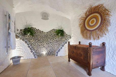 Inglês gasta o equivalente a R$ 935 mil para transformar caverna em lar