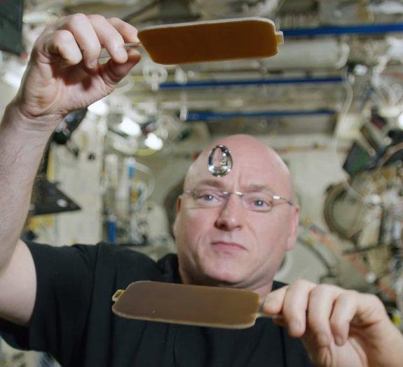 É possível jogar pingue-pongue com uma 'bola de água' no espaço [vídeo]