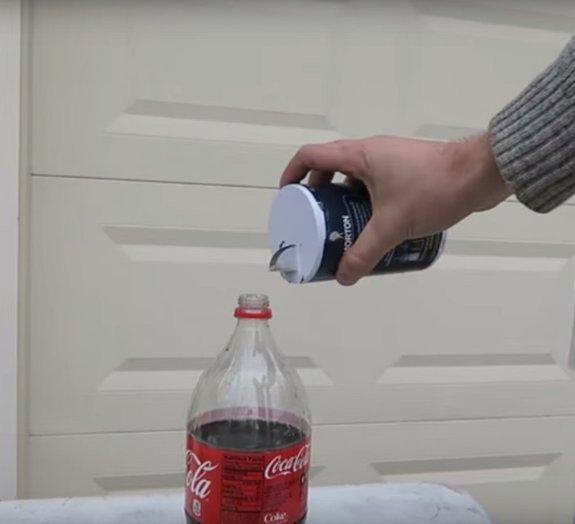 O que acontece se você misturar Coca-Cola com sal?
