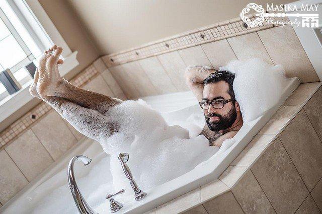 Viralizou! Veja o ensaio sexy e divertido que este homem fez para a esposa