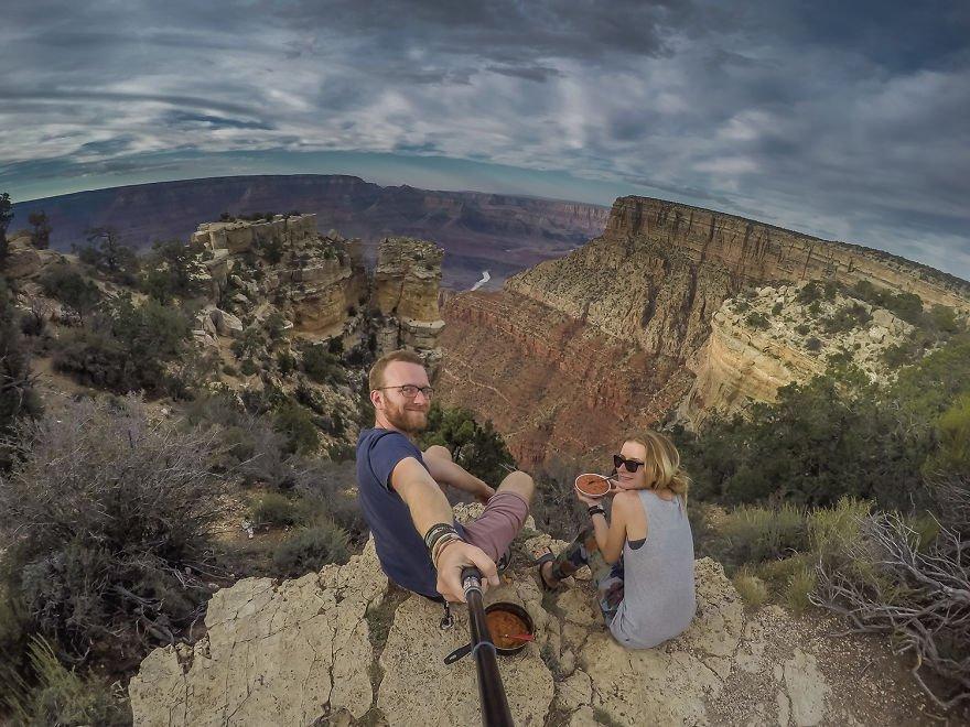 Este casal já viajou por mais de 50 países gastando apenas US$ 8 por dia