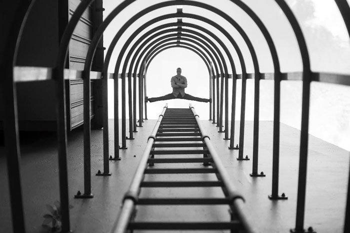 Yu Wei tirou a foto das escadas e não esperava registrar o Van Damme fazendo um espacate