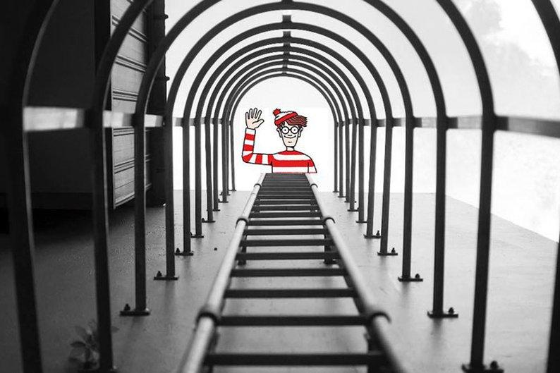 Yu Wei tirou a foto das escadas e não esperava registrar o Waldo