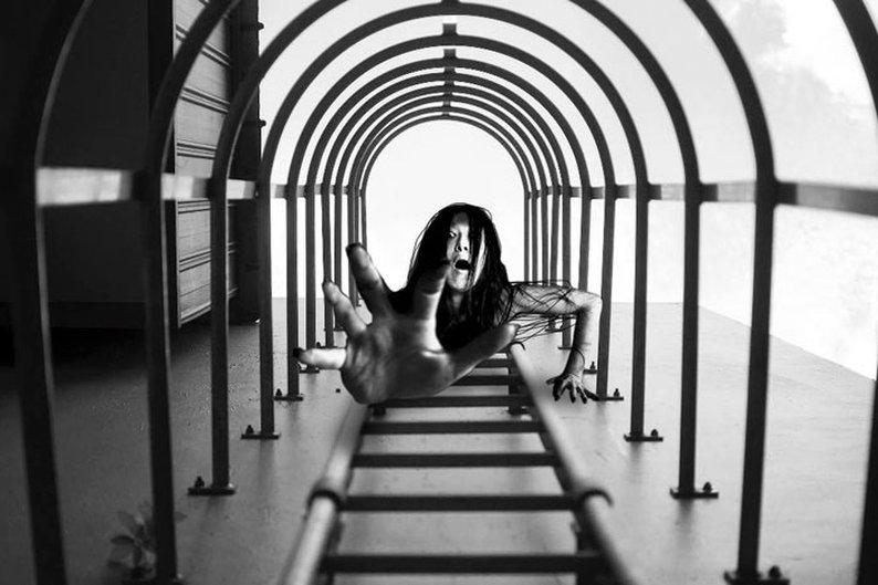 Yu Wei tirou a foto das escadas e não esperava registrar um fantasma