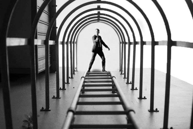 Yu Wei tirou a foto das escadas e não esperava registrar o James Bond