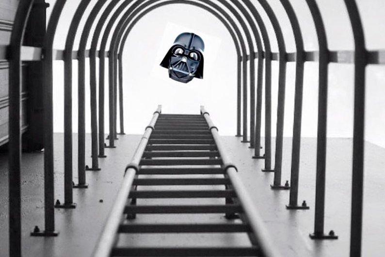 Yu Wei tirou a foto das escadas e não esperava registrar a cabeça do Darth Vader