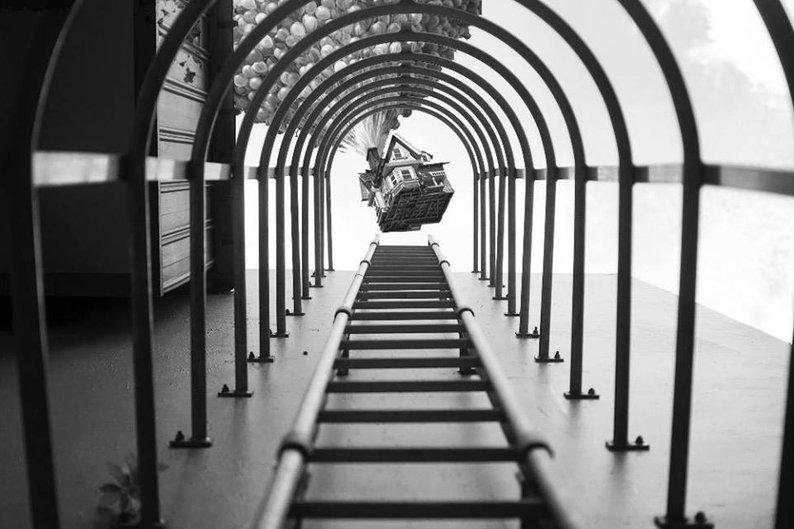 Yu Wei tirou a foto das escadas e não esperava registrar uma casa suspensa por balões