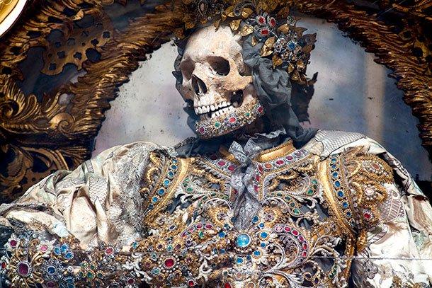 Os esqueletos riquíssimos das catacumbas de Roma