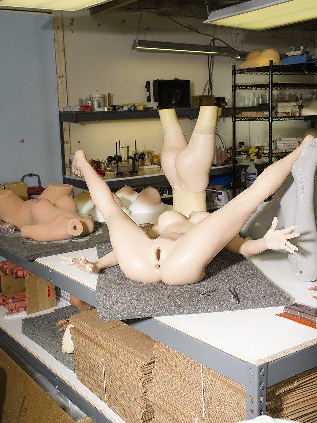 O curioso registro fotográfico do processo de fabricação de bonecas sexuais