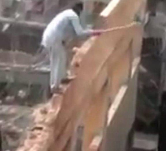 Pedreiro árabe brinca com a própria vida para demolir prédio [vídeo]