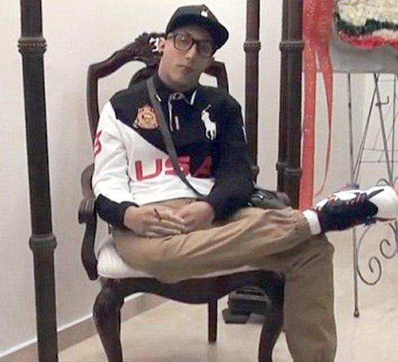 Após morte, jovem é velado sentado, com cigarro nas mãos e olhos abertos