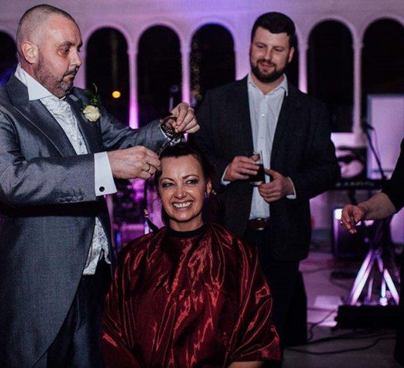 Em apoio ao marido com câncer, noiva raspa a cabeça durante o casamento