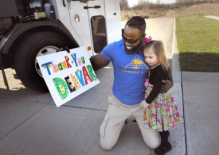 Fofura: garota prepara presente de aniversário a seu lixeiro favorito