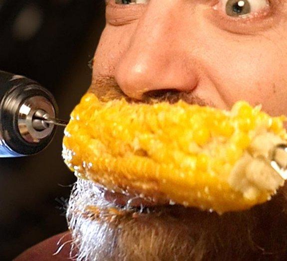 Técnica milenar para comer uma espiga de milho em 10 segundos [vídeo]