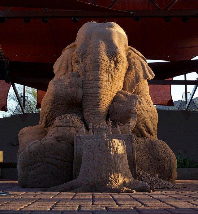 Elefante ou rato: quem vence esta partida de xadrez esculpida em areia?