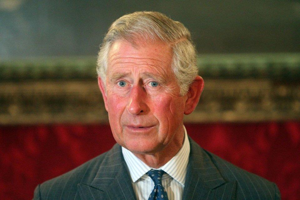 Será? Tabloide mostra Príncipe Charles supostamente beijando um rapaz - Mega Curioso