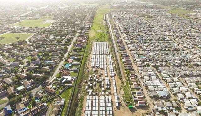 Com drones, fotógrafo registra o contraste entre habitações ricas e pobres