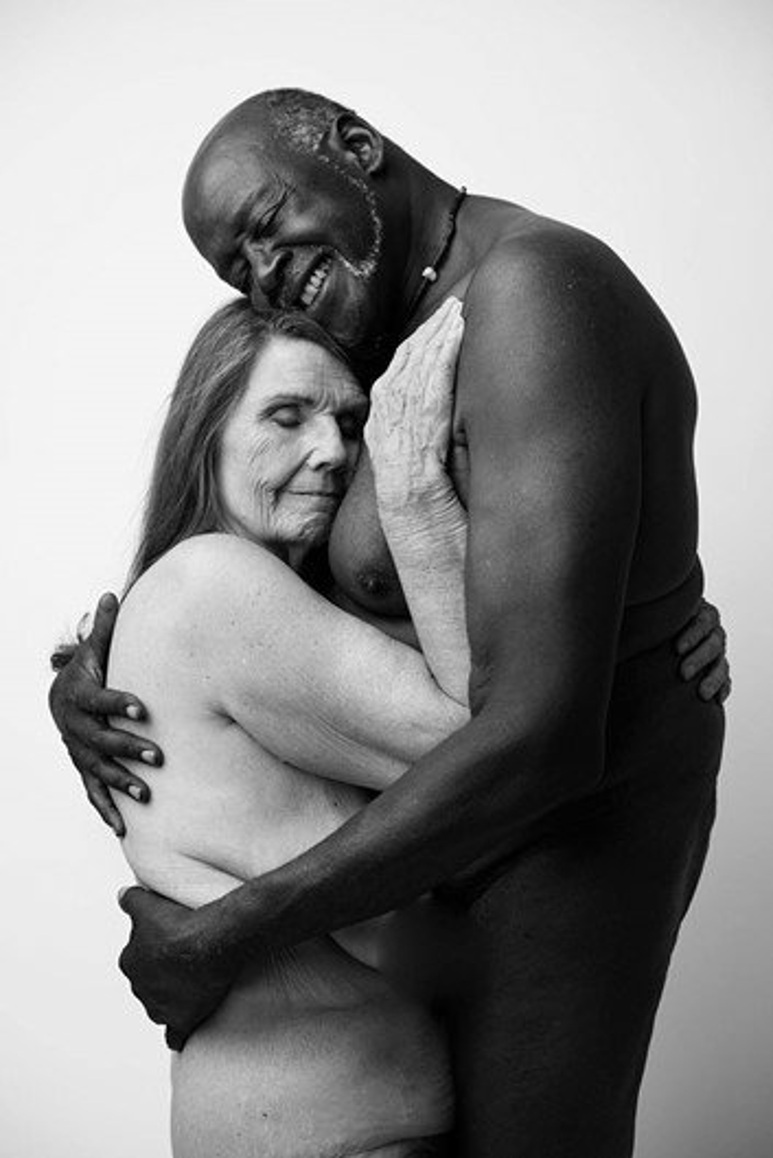Viralizou: Casal de idosos posa sem roupa em ensaio romântico