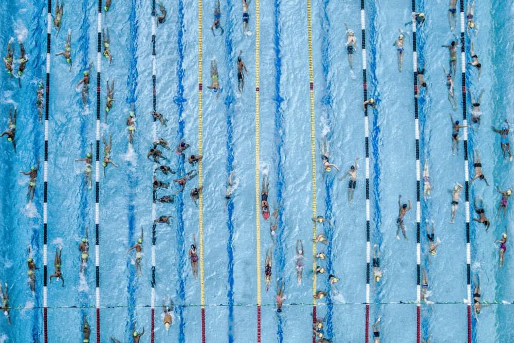 Jovens nadadores em uma competição na Colômbia